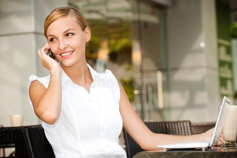Επιχειρηματίας με τον καφέ & το lap-top στοκ φωτογραφίες