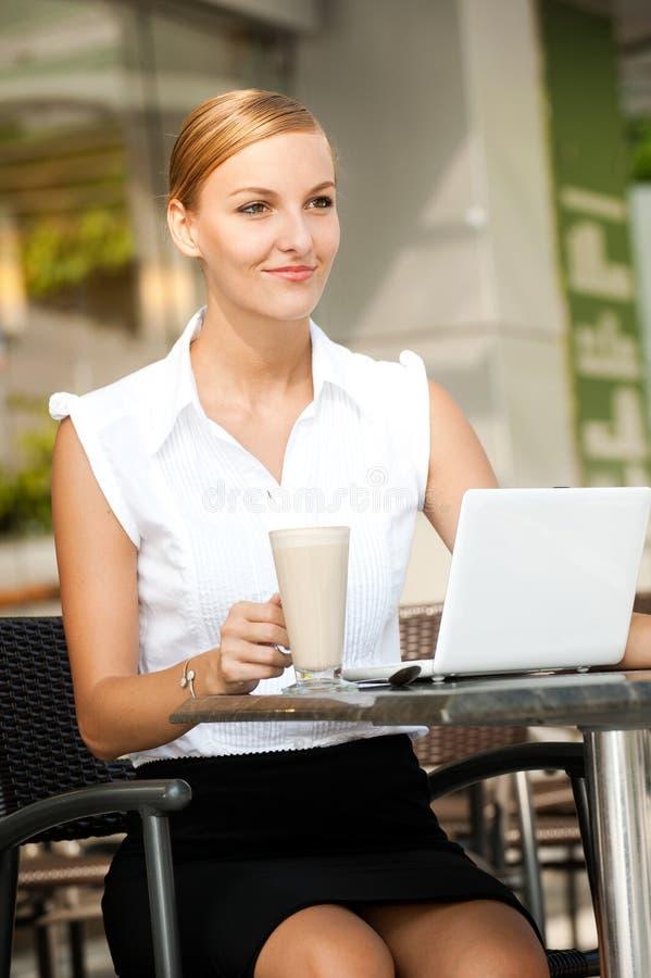 Επιχειρηματίας με τον καφέ & το lap-top στοκ εικόνες
