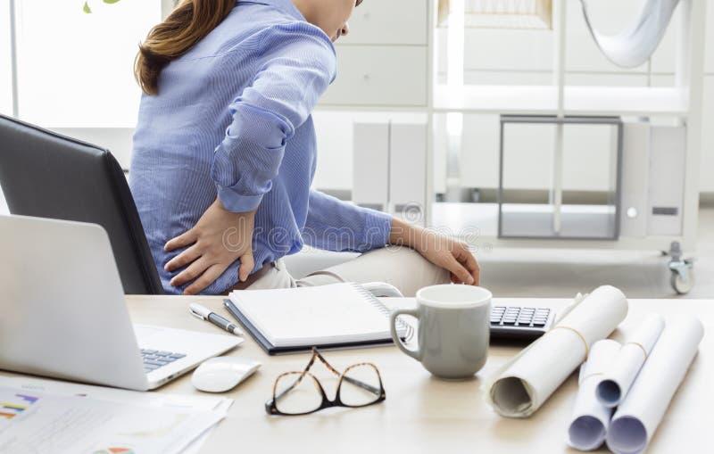 Επιχειρηματίας με τον πόνο στην πλάτη στοκ φωτογραφία