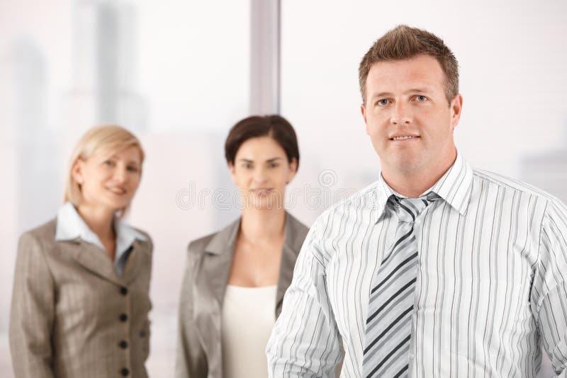 Επιχειρηματίας με τους θηλυκούς συναδέλφους στοκ εικόνες