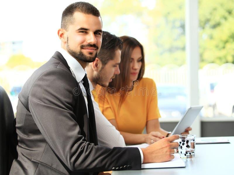 Επιχειρηματίας με τους συναδέλφους στην ανασκόπηση στοκ φωτογραφίες