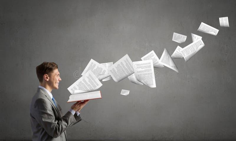 Επιχειρηματίας με το ανοιγμένο βιβλίο στοκ εικόνες με δικαίωμα ελεύθερης χρήσης