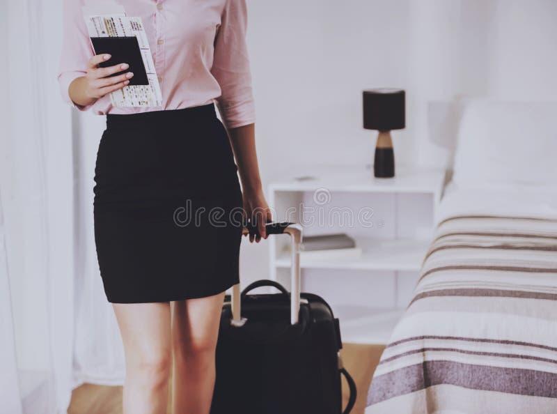 Επιχειρηματίας με το διαβατήριο και το εισιτήριο υπό εξέταση στοκ εικόνες με δικαίωμα ελεύθερης χρήσης