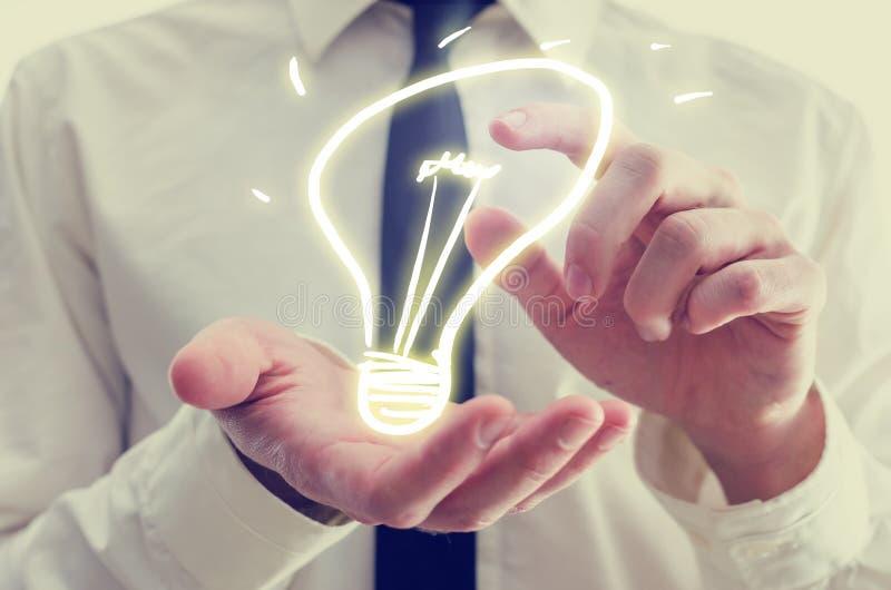 Επιχειρηματίας με το δημιουργικό εικονίδιο λαμπών φωτός στοκ φωτογραφία με δικαίωμα ελεύθερης χρήσης