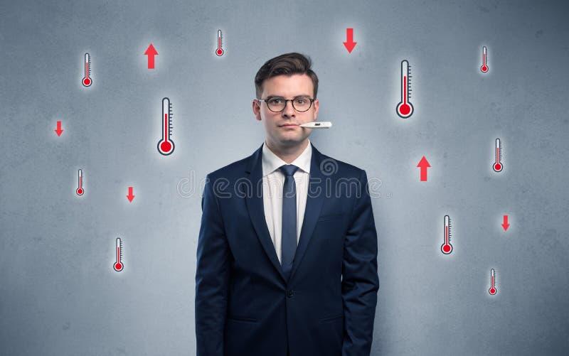 Επιχειρηματίας με το θερμόμετρο και την έννοια πυρετού στοκ εικόνες