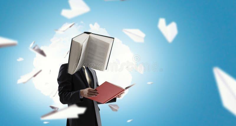 Επιχειρηματίας με το κεφάλι βιβλίων Έννοια επιχειρησιακής αποδοτικότητας στοκ φωτογραφίες