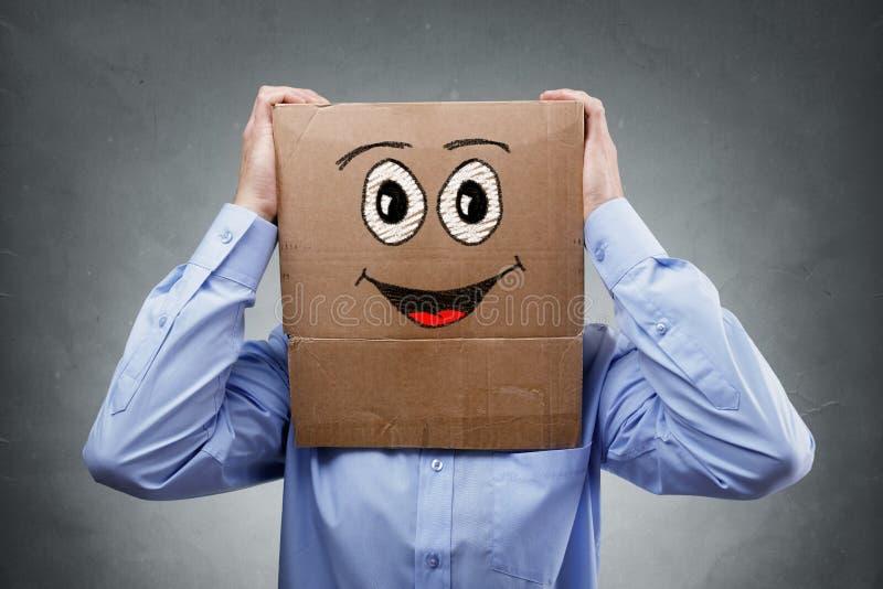 Επιχειρηματίας με το κουτί από χαρτόνι στο κεφάλι του στοκ φωτογραφίες με δικαίωμα ελεύθερης χρήσης