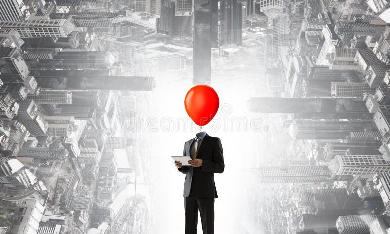 Επιχειρηματίας με το κόκκινο κεφάλι βολβών Έννοια επιχειρησιακής αποδοτικότητας στοκ εικόνα