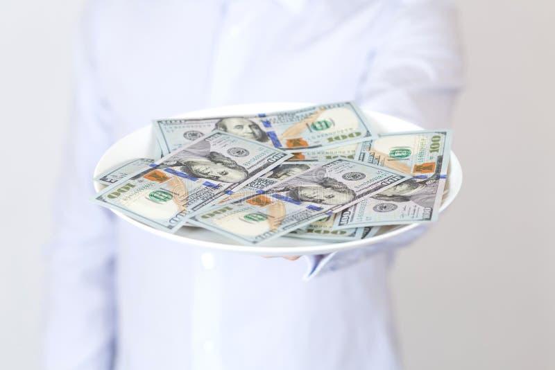 Επιχειρηματίας με το μεσημεριανό γεύμα χρημάτων στοκ φωτογραφία με δικαίωμα ελεύθερης χρήσης