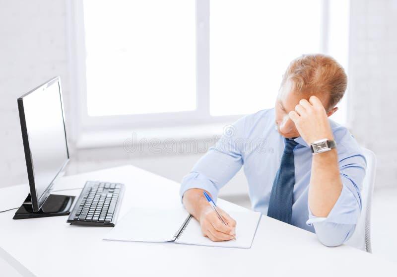 Επιχειρηματίας με το σημειωματάριο και τον υπολογιστή στοκ εικόνες με δικαίωμα ελεύθερης χρήσης