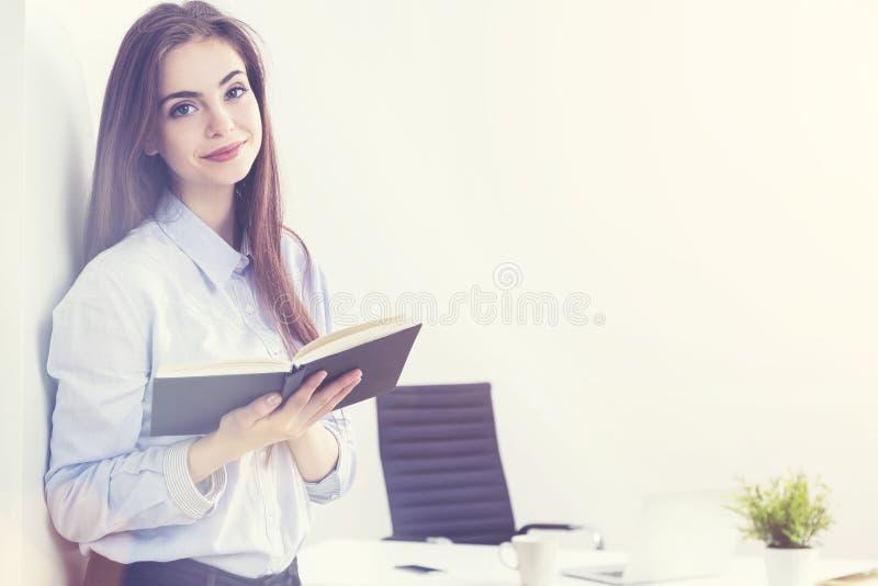 Επιχειρηματίας με το σημειωματάριο στο ηλιοφώτιστο γραφείο στοκ φωτογραφίες με δικαίωμα ελεύθερης χρήσης