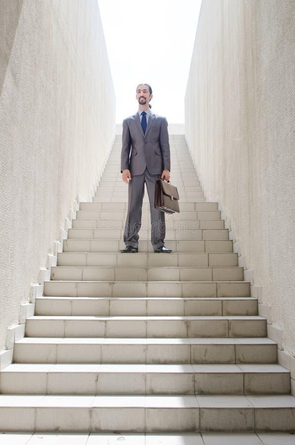 Επιχειρηματίας με το σκαλοπάτι - επιχειρησιακή έννοια στοκ εικόνες