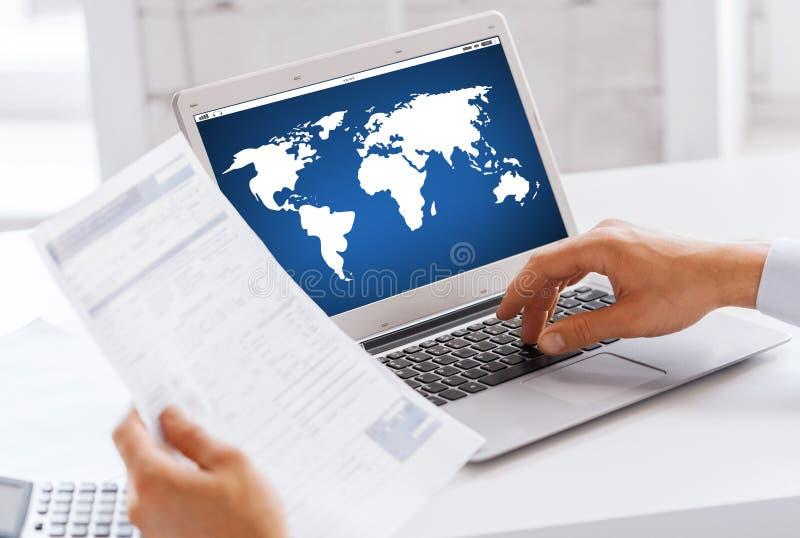Επιχειρηματίας με το φορητό προσωπικό υπολογιστή που λειτουργεί στο γραφείο στοκ εικόνες με δικαίωμα ελεύθερης χρήσης