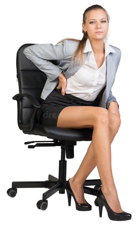 Επιχειρηματίας με το χαμηλότερο πόνο στην πλάτη από να καθίσει επάνω στοκ εικόνα με δικαίωμα ελεύθερης χρήσης