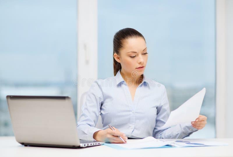 Επιχειρηματίας με το lap-top και διαγράμματα στην αρχή στοκ εικόνα με δικαίωμα ελεύθερης χρήσης