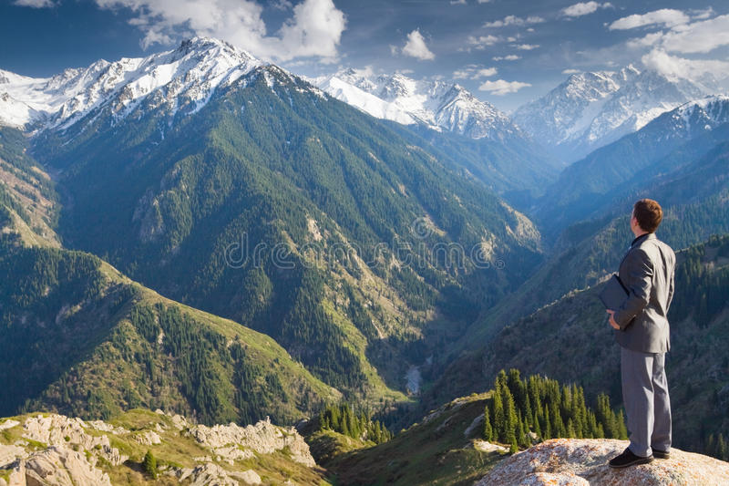 Επιχειρηματίας με το lap-top στην κορυφή του βουνού στοκ εικόνα με δικαίωμα ελεύθερης χρήσης