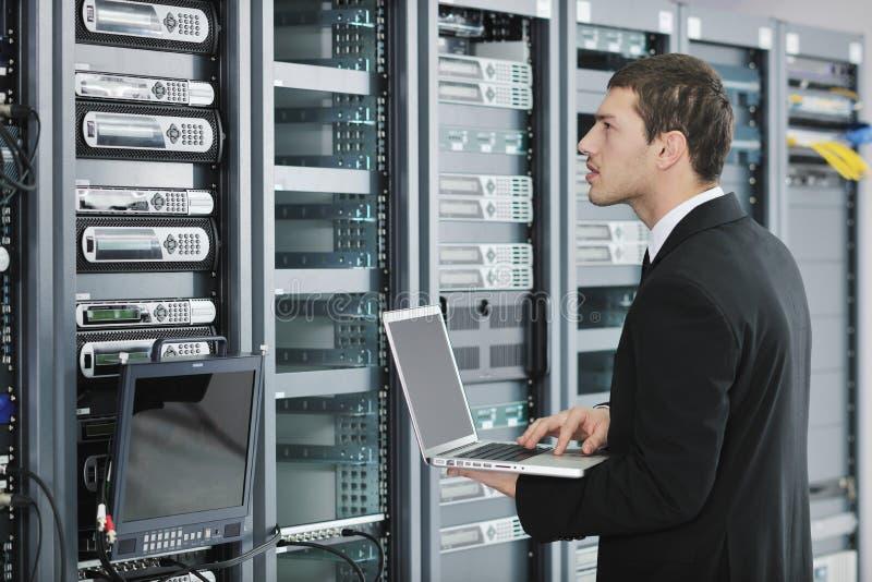 Επιχειρηματίας με το lap-top στο δωμάτιο κεντρικών υπολογιστών δικτύων στοκ φωτογραφία με δικαίωμα ελεύθερης χρήσης