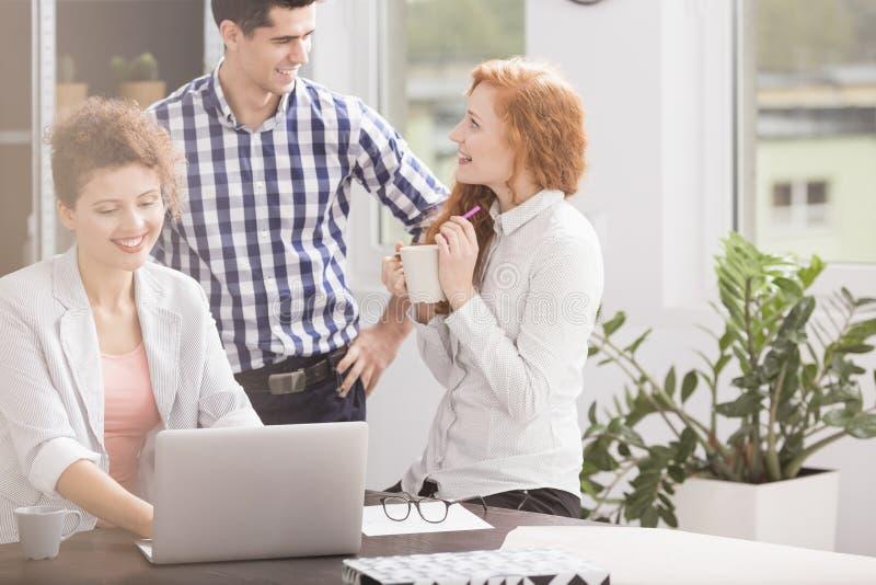 Επιχειρηματίας με το lap-top στο σπάσιμο στοκ φωτογραφία με δικαίωμα ελεύθερης χρήσης