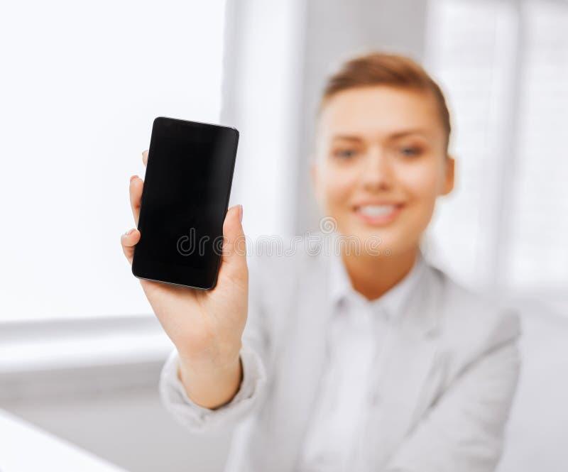 Επιχειρηματίας με το smartphone στην αρχή στοκ φωτογραφίες με δικαίωμα ελεύθερης χρήσης