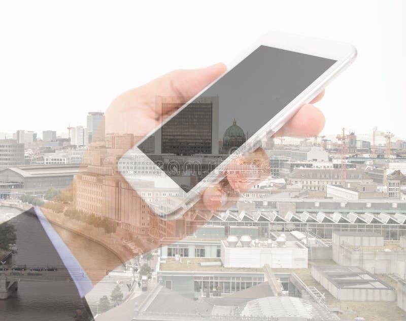 Επιχειρηματίας με το smartphone στην πόλη στοκ εικόνες