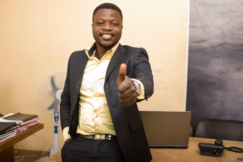 Επιχειρηματίας με χειρονομία στο γραφείο στοκ εικόνες με δικαίωμα ελεύθερης χρήσης