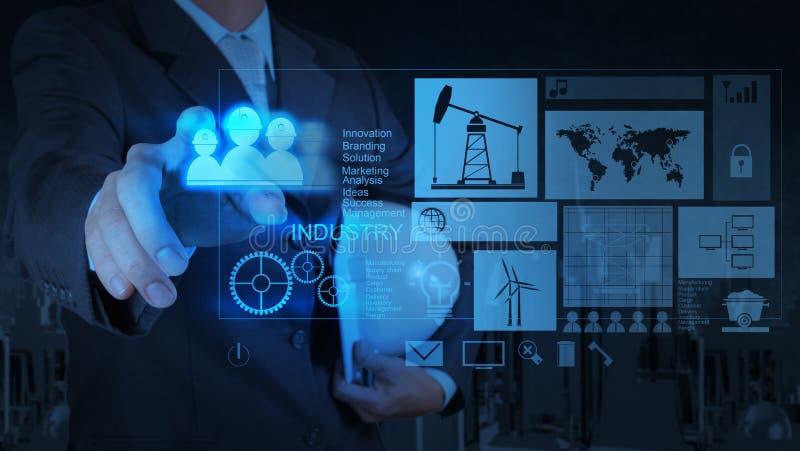 Επιχειρηματίας μηχανικών που εργάζεται στη σύγχρονη τεχνολογία ως έννοια στοκ εικόνα