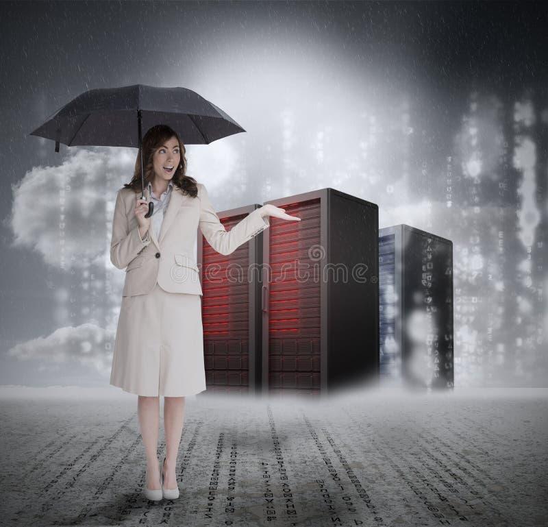 Επιχειρηματίας μπροστά από τους κεντρικούς υπολογιστές που κρατά την ομπρέλα ελεύθερη απεικόνιση δικαιώματος