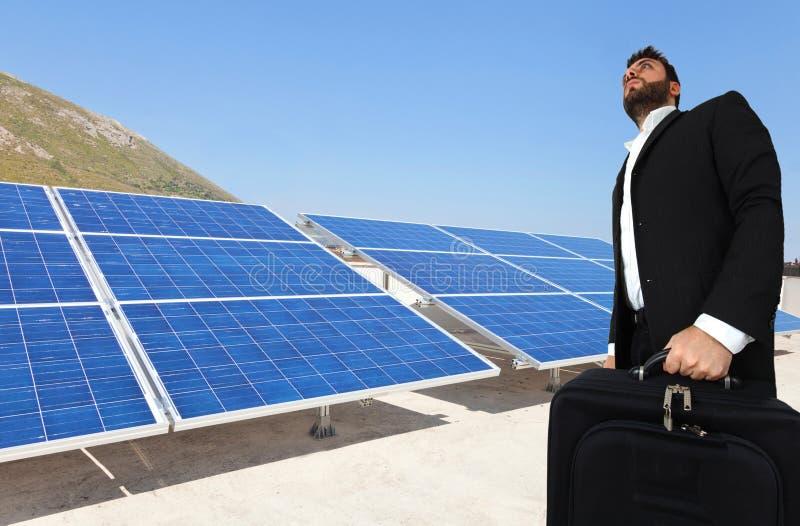 Επιχειρηματίας πέρα από τα μεγάλα ηλιακά πλαίσια στοκ φωτογραφία με δικαίωμα ελεύθερης χρήσης