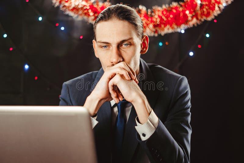 Επιχειρηματίας πίσω από ένα lap-top στο νέο έτος στοκ φωτογραφία με δικαίωμα ελεύθερης χρήσης