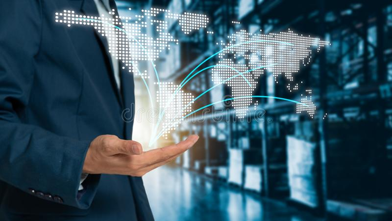Επιχειρηματίας παγκόσμιων χαρτών σε διαθεσιμότητα με τις σύγχρονες διοικητικές μέριμνες εμπορικών αποθηκών εμπορευμάτων στοκ εικόνες με δικαίωμα ελεύθερης χρήσης