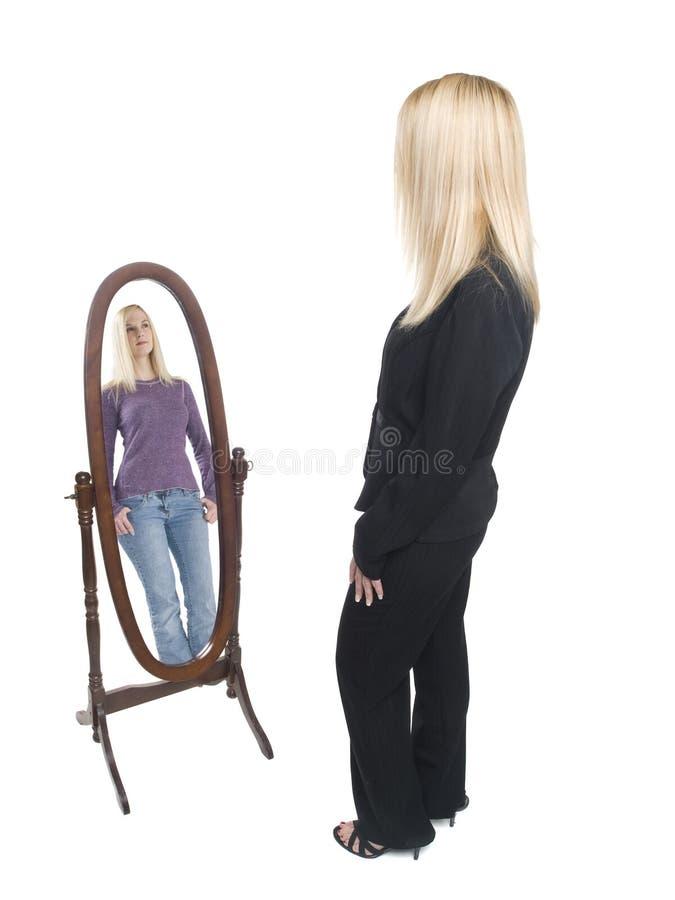 Επιχειρηματίας - περιστασιακός καθρέφτης στοκ φωτογραφία με δικαίωμα ελεύθερης χρήσης