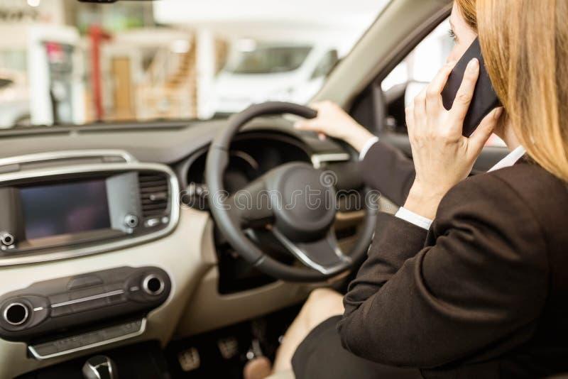 Επιχειρηματίας που έχει ένα τηλεφώνημα εγκαθιστώντας σε ένα αυτοκίνητο στοκ φωτογραφίες με δικαίωμα ελεύθερης χρήσης
