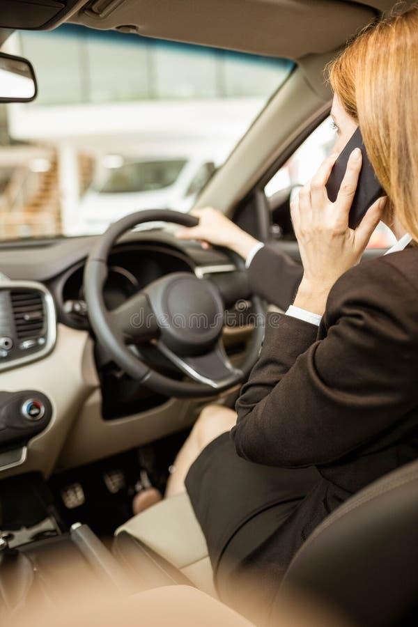 Επιχειρηματίας που έχει ένα τηλεφώνημα εγκαθιστώντας σε ένα αυτοκίνητο στοκ εικόνες με δικαίωμα ελεύθερης χρήσης