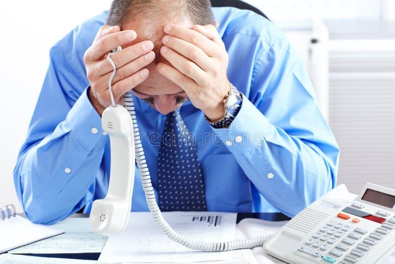 Επιχειρηματίας που έχει την πίεση στο γραφείο στοκ εικόνα με δικαίωμα ελεύθερης χρήσης