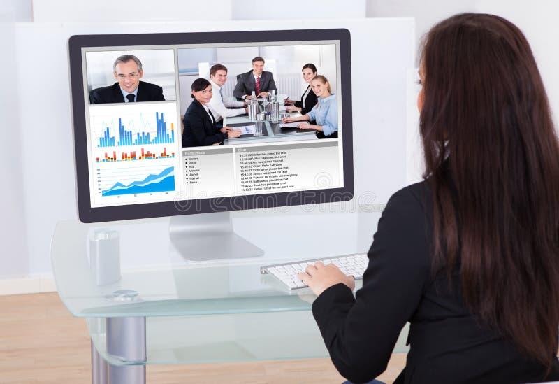 Επιχειρηματίας που έχει την τηλεδιάσκεψη στοκ φωτογραφίες