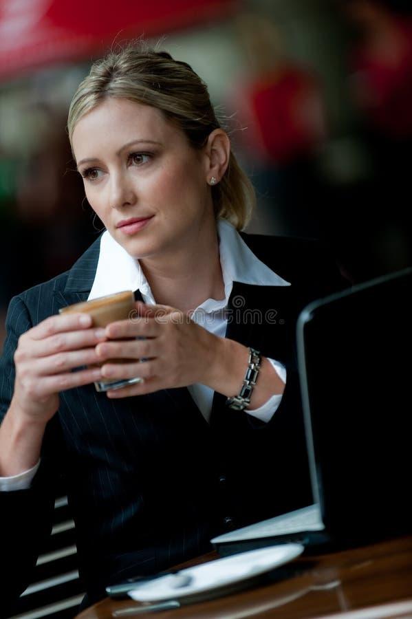 Επιχειρηματίας που έχει τον καφέ στοκ φωτογραφία