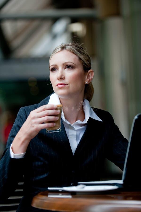 Επιχειρηματίας που έχει τον καφέ στοκ φωτογραφίες με δικαίωμα ελεύθερης χρήσης
