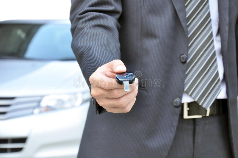Επιχειρηματίας που δίνει ένα κλειδί αυτοκινήτων - πώληση αυτοκινήτων & επιχειρησιακή έννοια ενοικίου στοκ φωτογραφίες με δικαίωμα ελεύθερης χρήσης