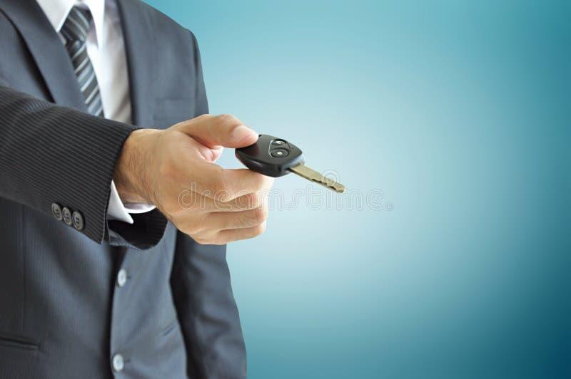 Επιχειρηματίας που δίνει ένα κλειδί αυτοκινήτων - πώληση αυτοκινήτων & έννοια ενοικίου στοκ φωτογραφίες