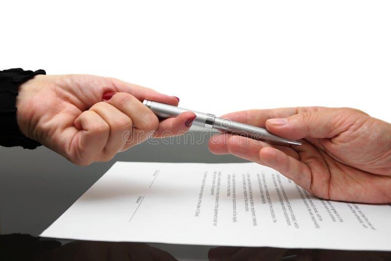 Επιχειρηματίας που δίνει τη μάνδρα στη επιχειρηματία για την υπογραφή της σύμβασης ή στοκ φωτογραφία