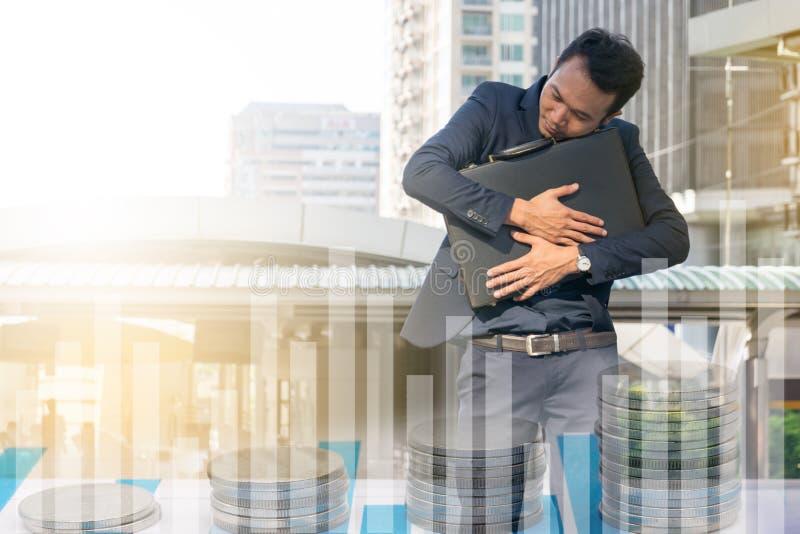 Επιχειρηματίας που αγκαλιάζει έναν χαρτοφύλακα, στοκ εικόνες