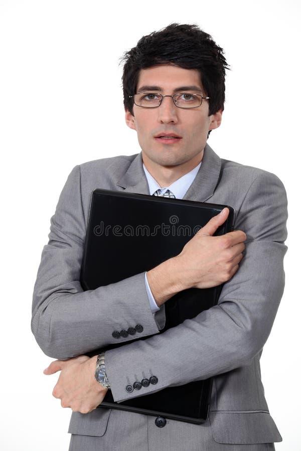 Επιχειρηματίας που αγκαλιάζει το χαρτοφύλακά του. στοκ εικόνες