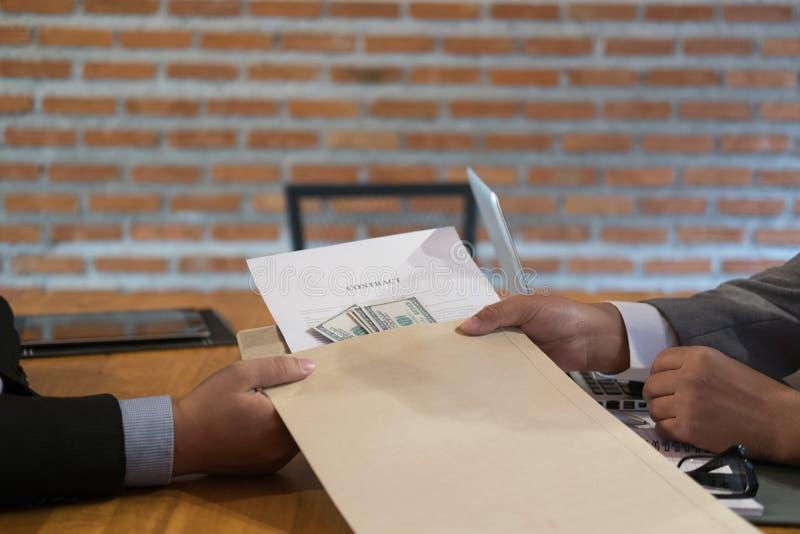 Επιχειρηματίας που λαμβάνει το φάκελο με τα χρήματα Άτομο που δίνει τη σύμβαση α στοκ εικόνα