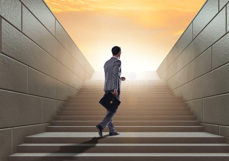 Επιχειρηματίας που αναρριχείται επάνω στη σκάλα σταδιοδρομίας πρόκλησης στην επιχείρηση ομο στοκ εικόνες
