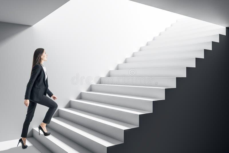 Επιχειρηματίας που αναρριχείται στα σκαλοπάτια στοκ εικόνα