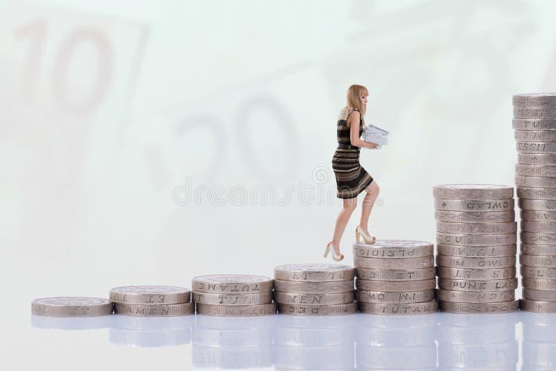επιχειρηματίας που αναρριχείται στα σκαλοπάτια χρημάτων στοκ φωτογραφία