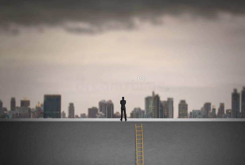 Επιχειρηματίας που αναρριχείται στη σκάλα πέρα από την πόλη κοιτάζοντας μπροστά, έννοια ηγεσίας στοκ εικόνες