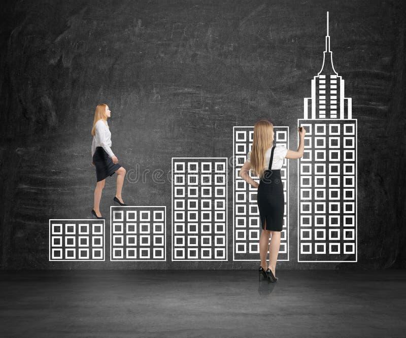 Επιχειρηματίας που αναρριχείται στη σκάλα πόλεων στοκ εικόνες