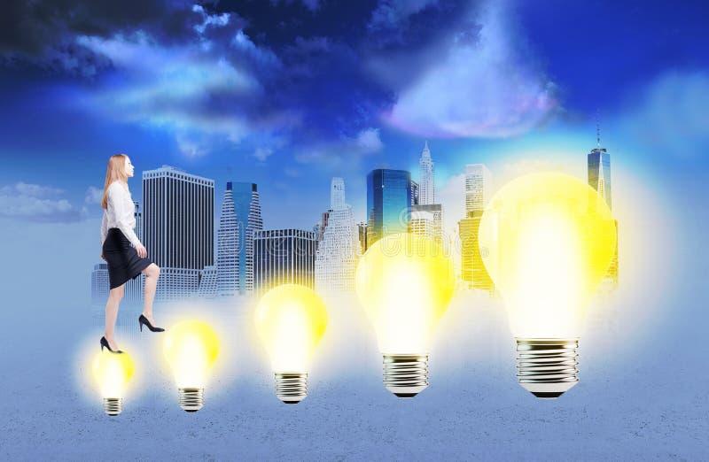 Επιχειρηματίας που αναρριχείται lightbulb στη σκάλα στοκ εικόνες