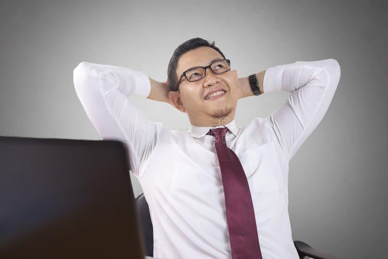 Επιχειρηματίας που αναρωτιέται κάτι, που σκέφτεται τη χειρονομία στοκ φωτογραφία με δικαίωμα ελεύθερης χρήσης